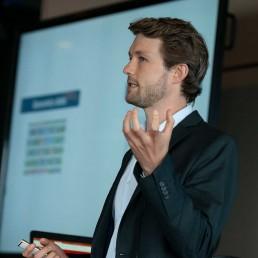 innoWerft-startup-inkubator-company-builder-hero-bw-seed