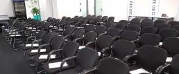 stühle-versammlung-konferrenz-investoren-pitch-startup-gruender-gruenden